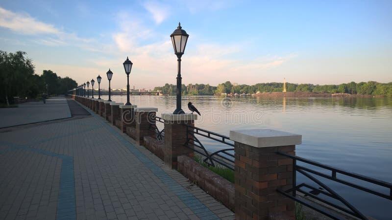 Moskwa, Rosja, Pechatniki okręg, parkowy Tallinsky, widok od Moskva Rzecznego bulwaru w ranku, lampionach i wronie, fotografia royalty free