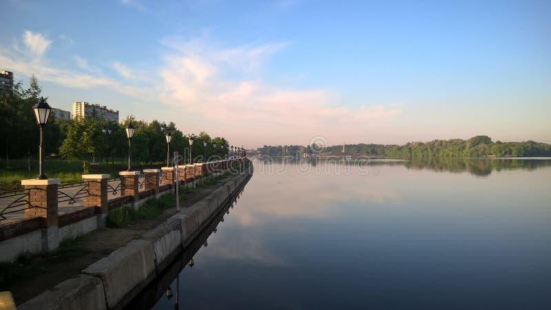 Moskwa, Rosja, Pechatniki okręg, parkowy Tallinsky, widok od Moskva Rzecznego bulwaru w ranku, lampiony obraz royalty free