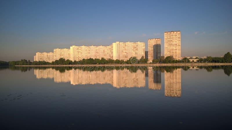 Moskwa, Rosja, Pechatniki okręg, parkowy Tallinsky, widok od Moskva Rzecznego bulwaru w ranku, odbicie domy zdjęcia royalty free