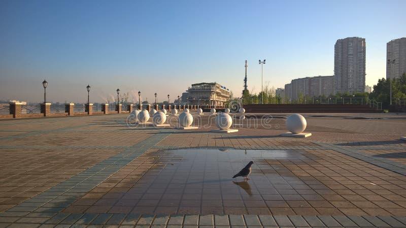 Moskwa, Rosja, Pechatniki okręg, parkowy Tallinsky, widok od Moskva Rzecznego bulwaru w ranku, sferach i gołębiu, zdjęcie royalty free