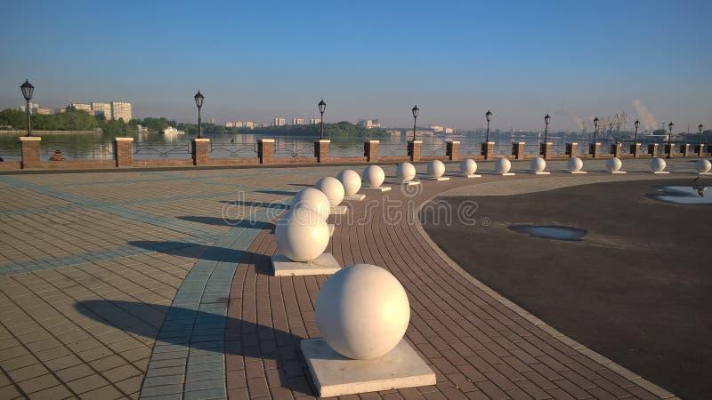 Moskwa, Rosja, Pechatniki okręg, parkowy Tallinsky, widok od Moskva Rzecznego bulwaru w ranku, sfery po deszczu zdjęcia royalty free