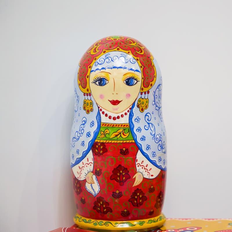 """Moskwa, Rosja - 02/27/2019: Różne lalki Matryoshki, sÅ'owiaÅ""""ska kultura narodowa, folklor i kreatywność. Drewniany jasny zdjęcia stock"""