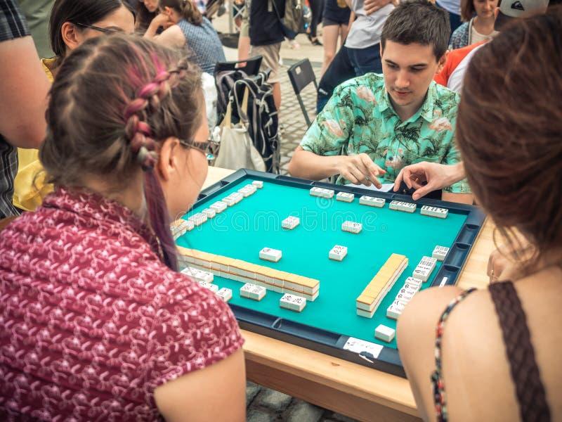 Moskwa Rosja, Sierpień, - 09, 2018: Japoński festiwal w Moskwa Młodzi ludzie bawić się mahjong azjata opierającą się grę stół zdjęcia stock