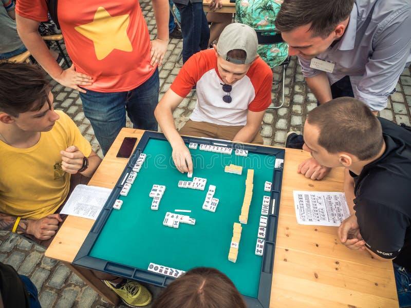 Moskwa Rosja, Sierpień, - 09, 2018: Japoński festiwal w Moskwa Młodzi ludzie bawić się mahjong azjata opierającą się grę stół fotografia royalty free