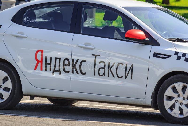 Moskwa Rosja, Sierpień, - 01, 2018: Nowożytny samochód Yandex taxi firma w parking na Moskwa ulicznym zbliżeniu przy pogodnym lat fotografia royalty free