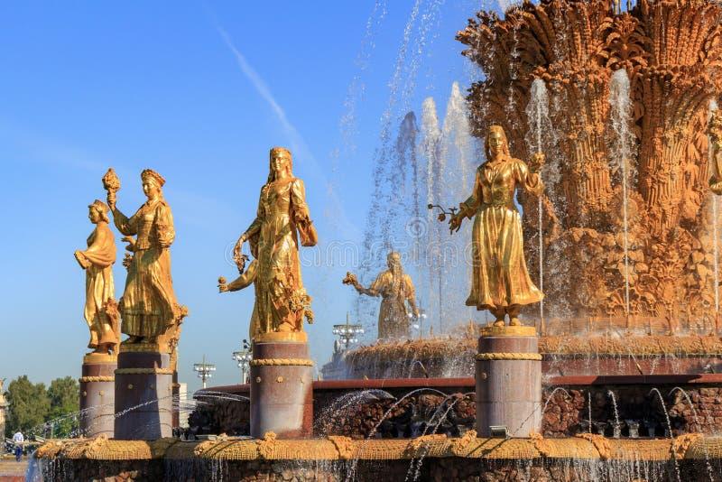 Moskwa Rosja, Sierpień, - 01, 2018: Czerep fontanny przyjaźń zaludnia na wystawie osiągnięcia narodowa gospodarka VD fotografia royalty free