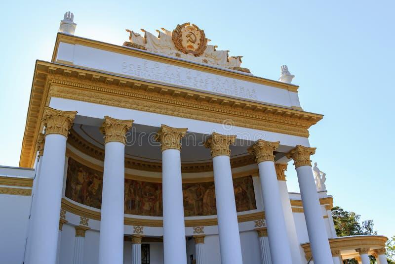 Moskwa Rosja, Sierpień, - 01, 2018: Kolumnada nad głównym wejściem pawilon RSFSR na wystawie osiągnięcia narodowa gospodarka fotografia royalty free