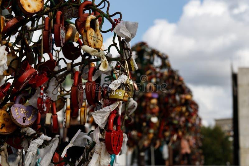 Moskwa Rosja, Sierpień, - 06, 2019: Metali drzewa z ślubnymi kłódkami na Luzhkov moście w Moskwa fotografia stock