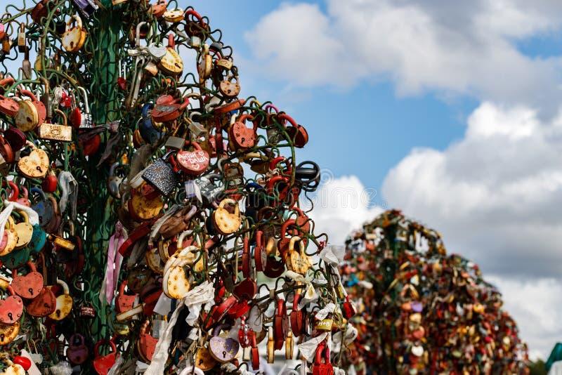 Moskwa Rosja, Sierpień, - 06, 2019: Metali drzewa z ślubnymi kłódkami na Luzhkov moście w Moskwa zdjęcia royalty free