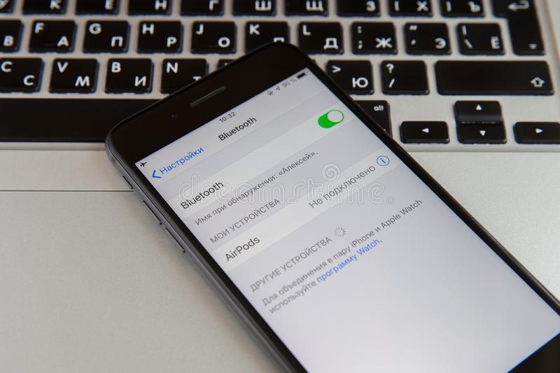 Moskwa Rosja, Styczeń, - 29, 2019 Iphone jest na macbook klawiaturze Bluetooth umożliwia na ekranie obrazy stock