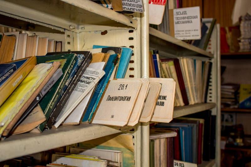 Moskwa Rosja, Styczeń, - 2015: Zaniechana fabryczna biblioteka, stary sowieci rezerwuje na półkach obrazy stock