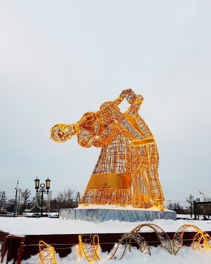 Moskwa Rosja, Styczeń, - 2018: Nowego Roku i bożych narodzeń postaci instalacje na mroźnym zima dniu zdjęcie stock