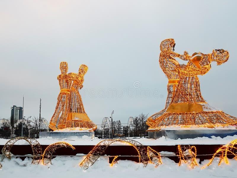 Moskwa Rosja, Styczeń, - 2018: Nowego Roku i bożych narodzeń postaci instalacje na mroźnym zima dniu zdjęcie royalty free
