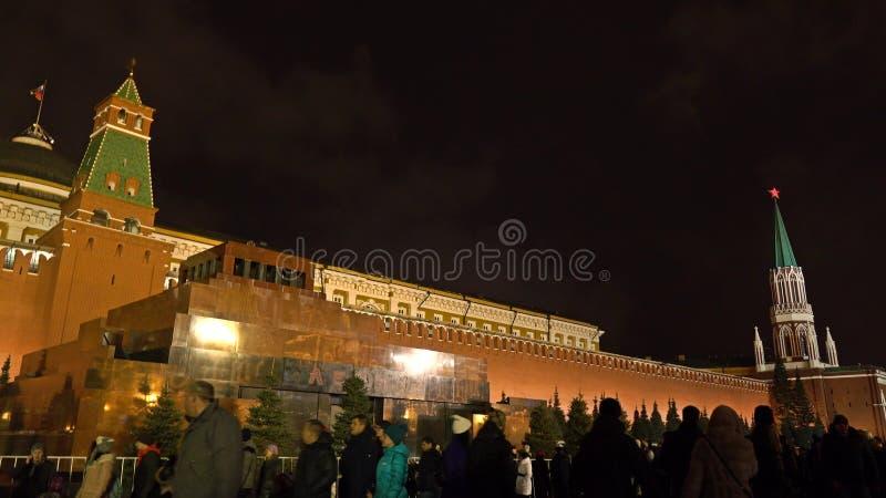 MOSKWA ROSJA, STYCZEŃ, -, 2, 2017 Turyści chodzą przeciw iluminującemu Kremlin ściany i Lenin ` s mauzoleumowi na rewolucjonistce fotografia stock