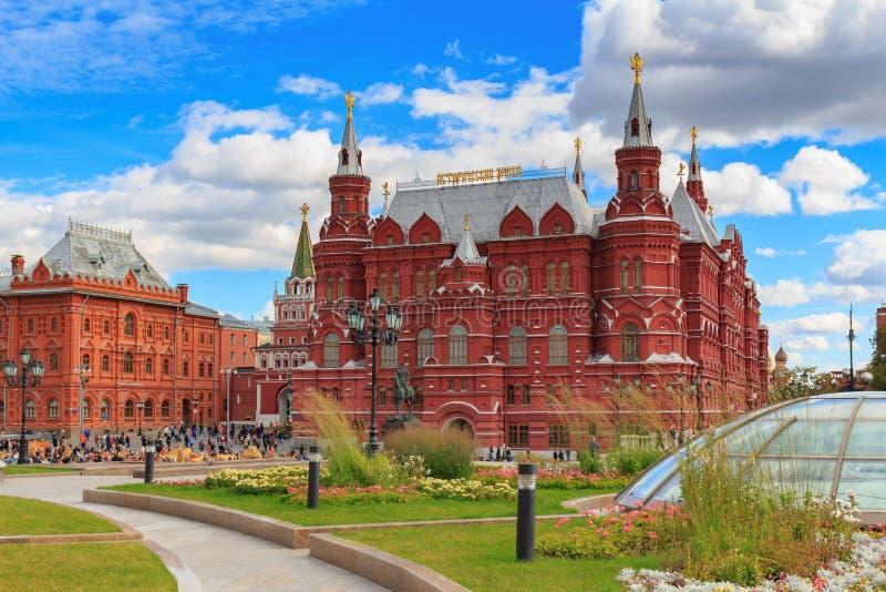 Moskwa Rosja, Wrzesień, - 30, 2018: Twierdzi Dziejowego muzeum w Moskwa przeciw niebieskiemu niebu z białymi chmurami i zieleniej obraz royalty free