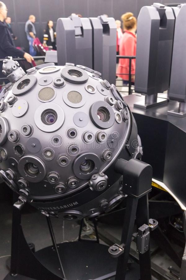MOSKWA ROSJA, WRZESIEŃ, - 28: Optomechanical Cosmorama projektor planetarium w Moskwa Planetarium teraźniejszość zdjęcia royalty free