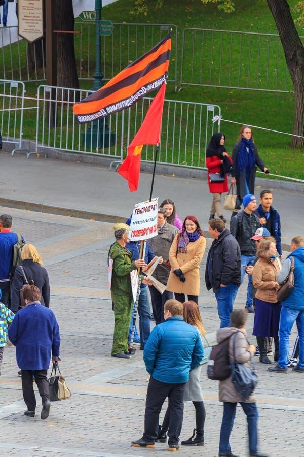 Moskwa Rosja, Wrzesień, - 30, 2018: Pojedynczy palik aktywista na Manezhnaya Kwadratowym pobliskim wejściu Aleksandrovskiy ogród  zdjęcia royalty free