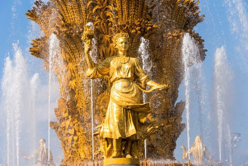 MOSKWA ROSJA, WRZESIEŃ, - 22, 2018: Szczegół Zaludnia przyjaźni fontannę w VDNKh w Moskwa, Rosja obrazy royalty free
