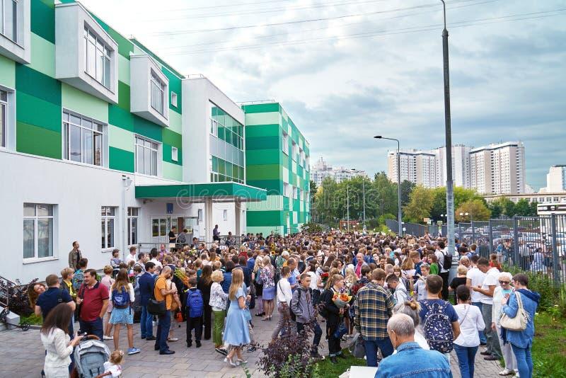 Moskwa Rosja, Wrzesień, - 3, 2018 Ucznie i ich rodzice zbiera blisko szkoły w pierwszy dniu powszednim obraz stock