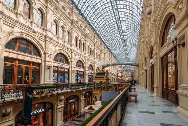 Moskwa Rosja, Wrzesień, - 2018: Wnętrze dziąsło, Moskwa Środkowy Ogólnoludzki Wydziałowy sklep, Wielki centrum handlowe w centrum zdjęcia royalty free