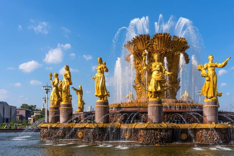 MOSKWA ROSJA, WRZESIEŃ, - 22, 2018: Zaludnia przyjaźni fontannę w VDNKh w Moskwa zdjęcie stock