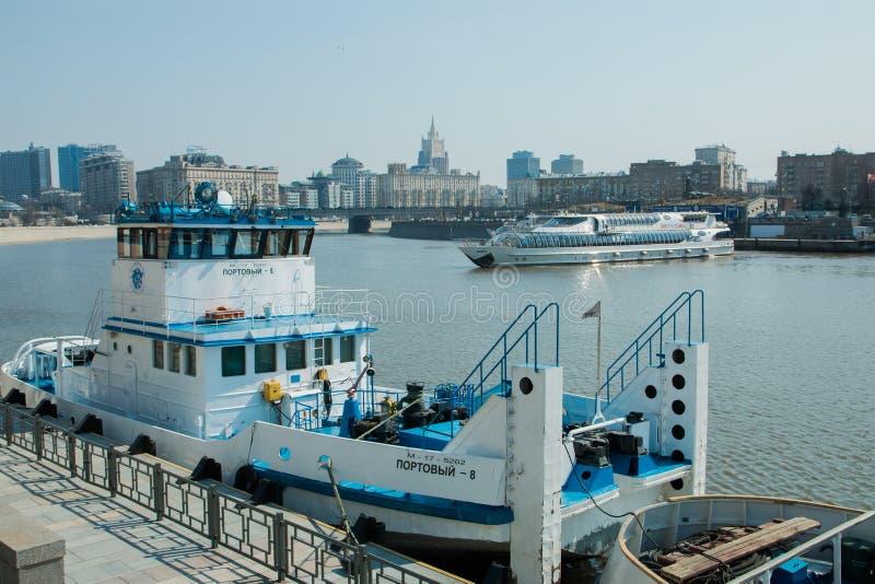 Moskwa, rosjanin Może 11, 2018: statki wycieczkowi dokujący opposite brzeg i portu tugboat zdjęcia royalty free