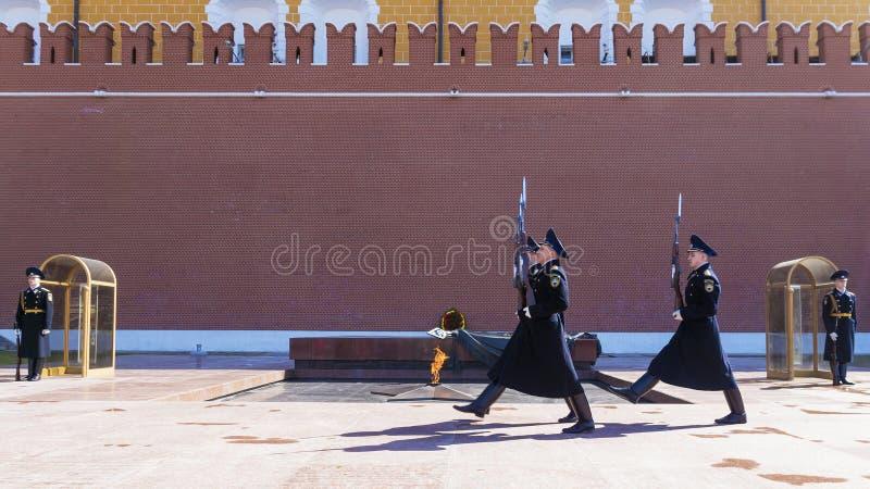 MOSKWA, RUSSIA-APRIL 12: Zmiana strażnik honor Kre obrazy royalty free