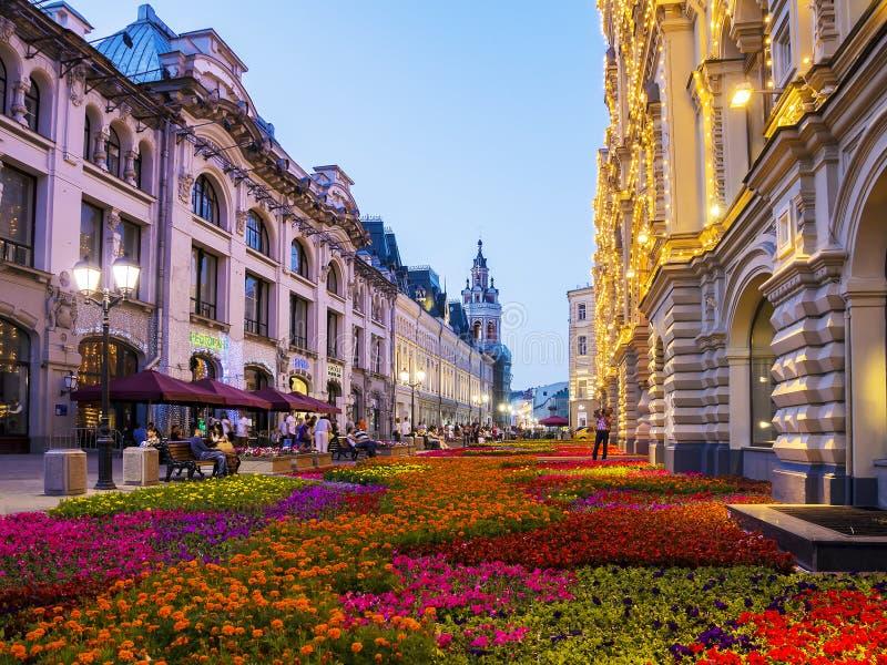 MOSKWA, RUSSIA-24 LIPIEC Nikolskaya ulica dekorująca z kwiatem zdjęcie stock