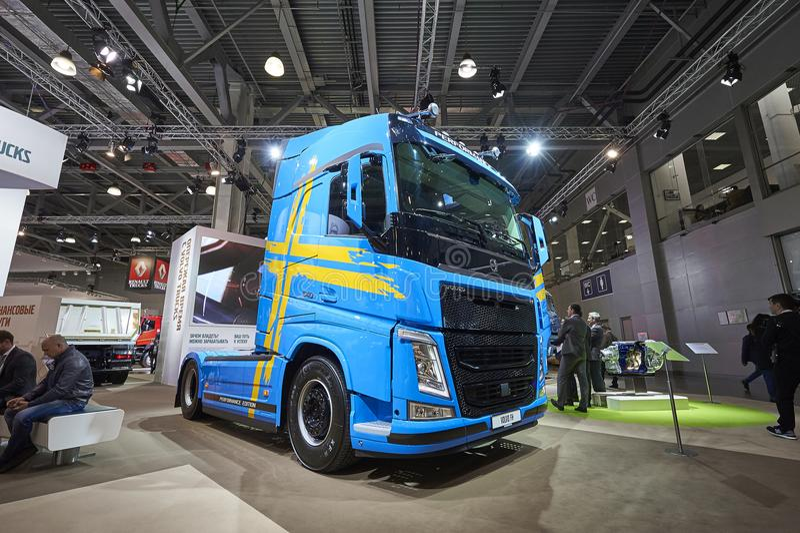 MOSKWA, SEP, 5, 2017: Widok na błękitnym typ ciężarówki Volvo FH 540 eksponat na Handlowego transportu wystawie ComTrans-2017 Com fotografia royalty free
