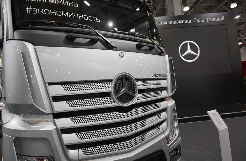 MOSKWA, SEP, 5, 2017: Widok na srebrze przewozi samochodem Mercedes-Benz Actros eksponaty na Handlowego transportu wystawie ComTr obrazy royalty free
