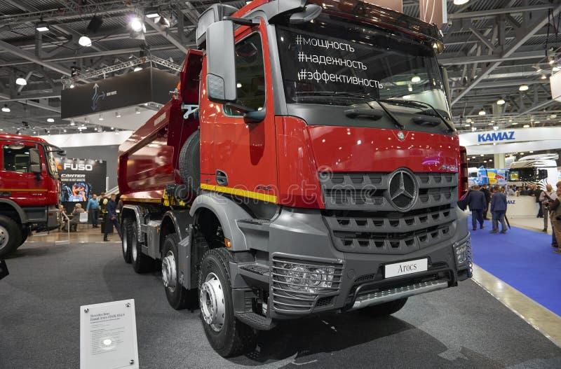 MOSKWA, SEP, 5, 2017: Zamyka w górę widoku na Mercedes-Benz Arocs 4142K usypu ciężarówki eksponacie na Handlowego transportu wyst zdjęcie royalty free