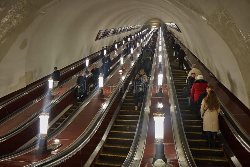 Moskwa - 10 2017 Styczeń: Ludzie na eskalatorze przy Moskwa obraz stock