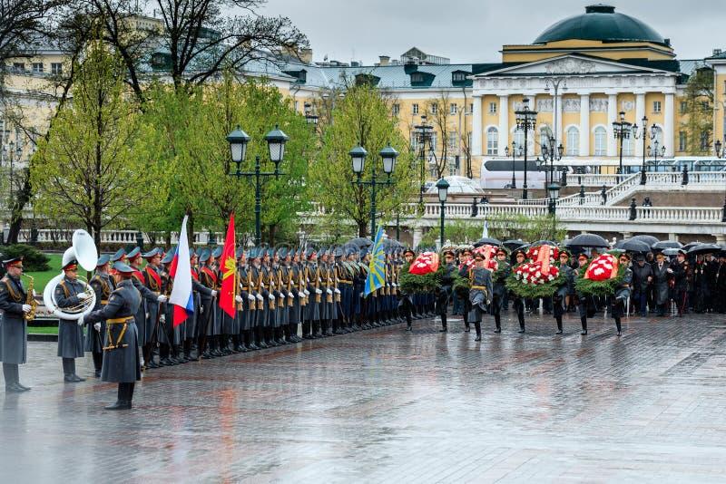 Moskwa ważny MOSKWA miasta duma SERGEY SOBYANIN i delegaci kłaść wianek przy grobowem Niewiadomy żołnierz blisko Kremla obrazy stock
