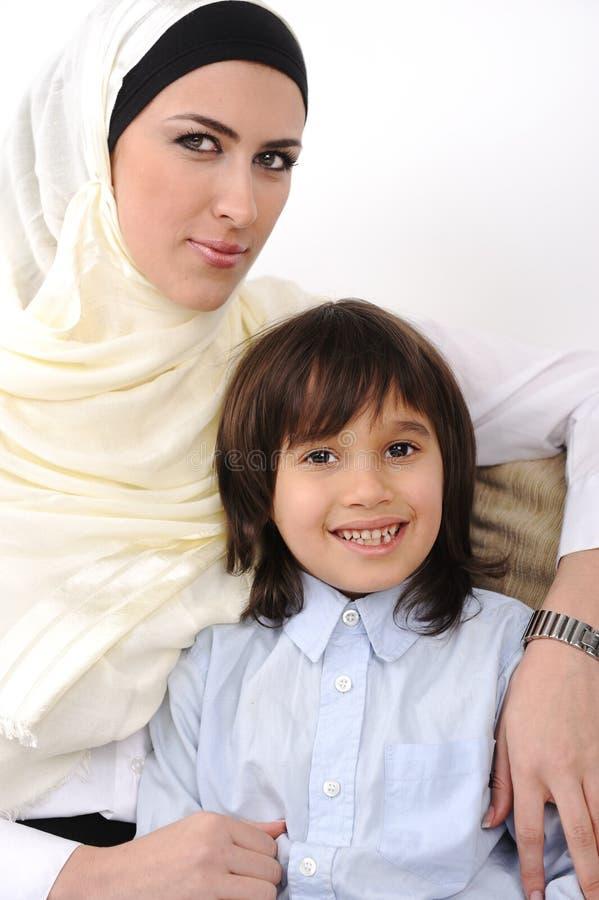Moslemische arabische abgedeckte Mutter und Sohn stockfotografie