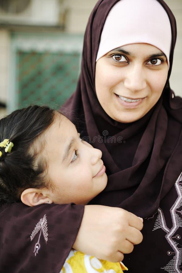 Moslemische arabische Mutter mit ihrer Tochter, lizenzfreie stockfotos