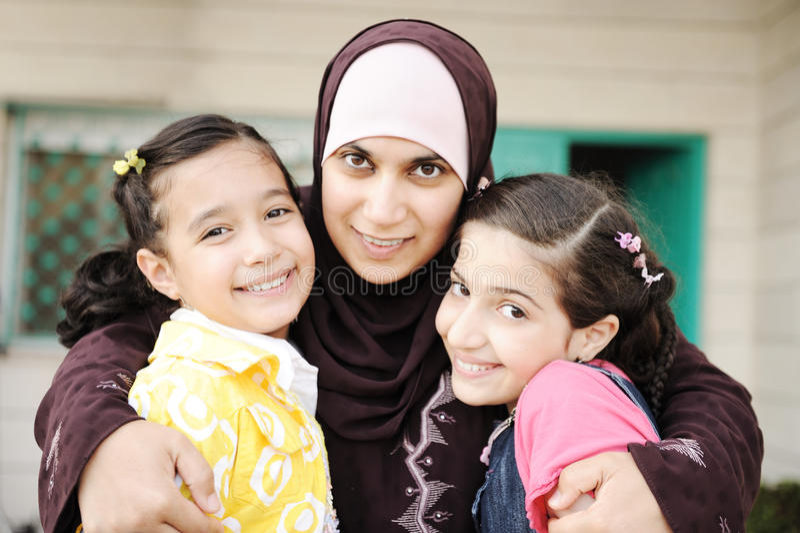 Moslemische arabische Mutter mit zwei Töchtern stockfotografie