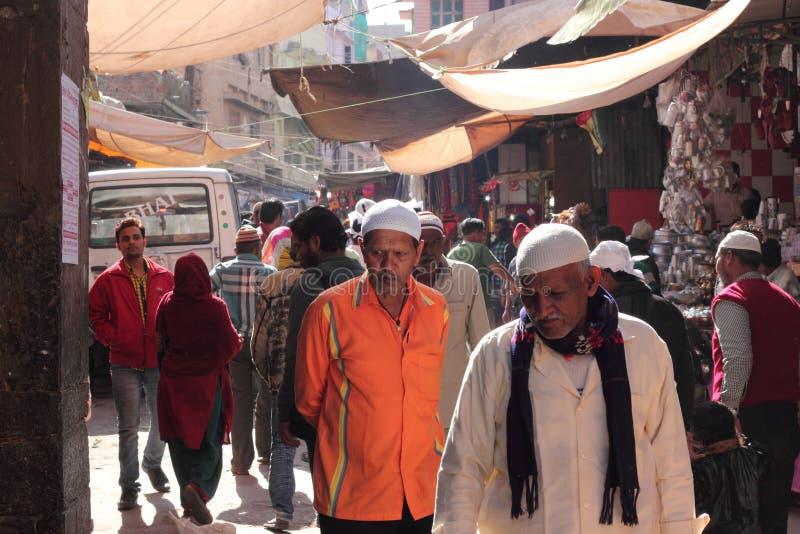 Moslemische eifrige Anhänger, die die gedrängte Straße durchlaufen lizenzfreie stockfotos