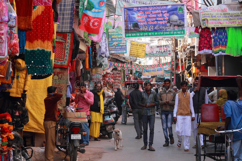 Moslemische eifrige Anhänger, die die gedrängte Straße durchlaufen lizenzfreie stockfotografie