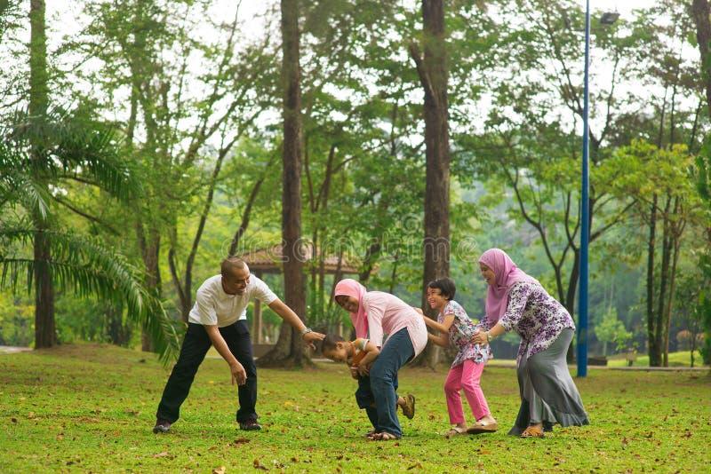 Moslemische Familie, die Spaß an im Freien hat lizenzfreies stockbild