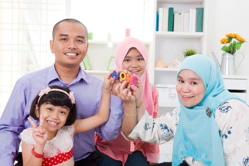 Moslemische Familie zu Hause stockbilder