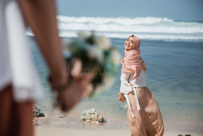 Moslemische Frau überrascht vom Erhalten einer Blume stockfoto