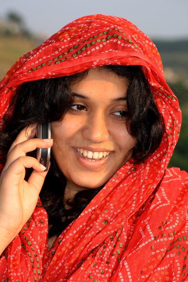 Moslemische Frau, die auf einem Mobiltelefon spricht stockfotos
