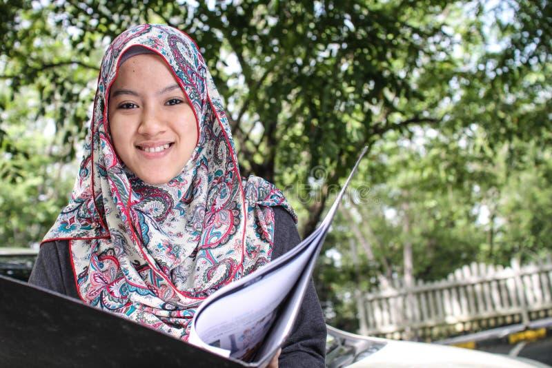 Moslemische Frau, die eine Datei hält stockfoto