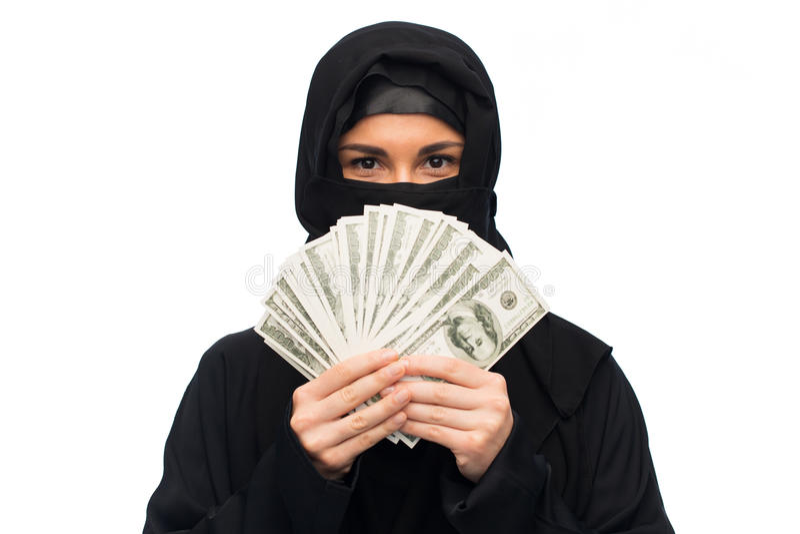 Moslemische Frau im hijab mit Geld über Weiß stockfoto