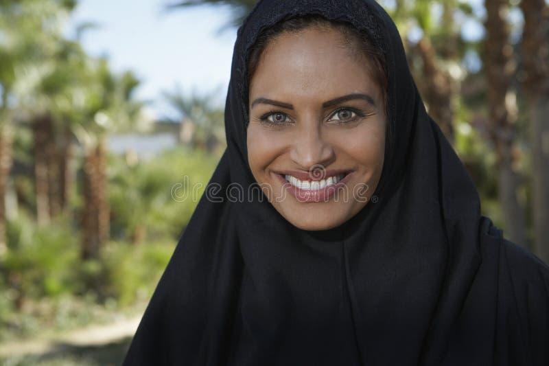 Moslemische Frau im schwarzen Kopftuch stockfotos