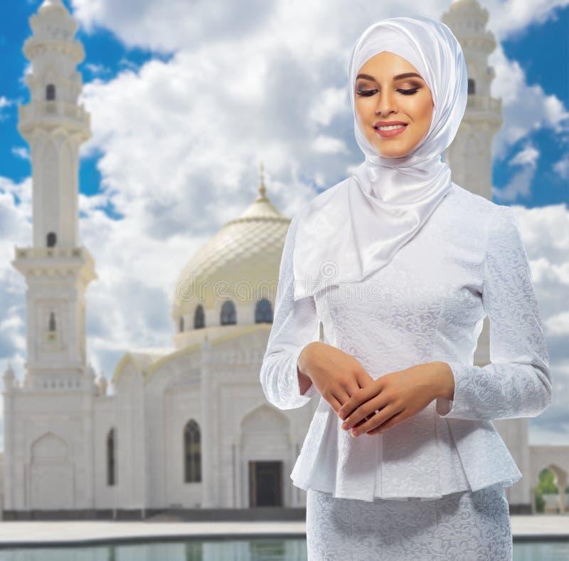 Download Moslemische Frau Am Moscheenhintergrund Stockfoto - Bild von headscarf, minarett: 96930704