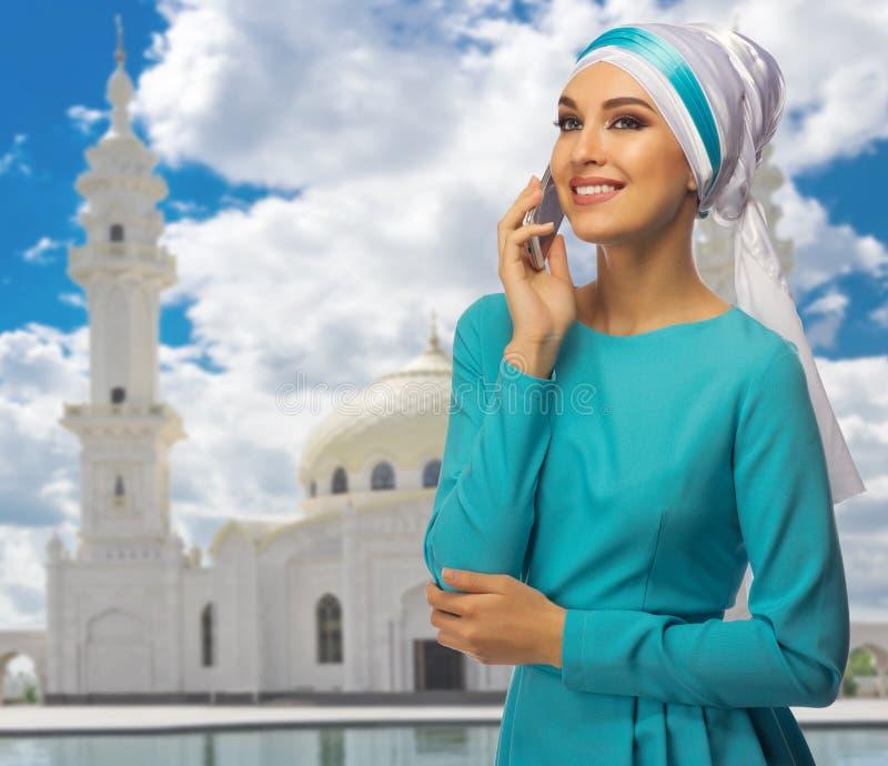 Download Moslemische Frau Am Moscheenhintergrund Stockfoto - Bild von kommunikation, minarett: 96930720