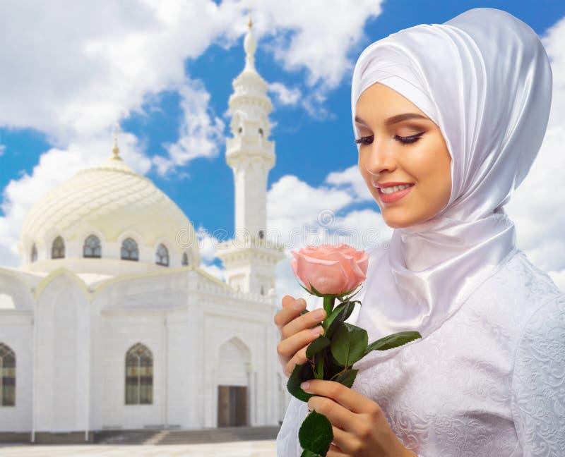 Download Moslemische Frau Am Moscheenhintergrund Stockbild - Bild von eingeboren, asien: 96930765