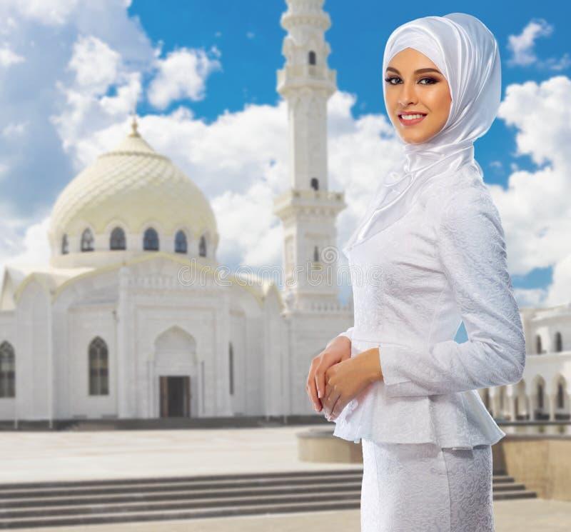 Download Moslemische Frau Am Moscheenhintergrund Stockbild - Bild von ethnicity, eleganz: 96930771