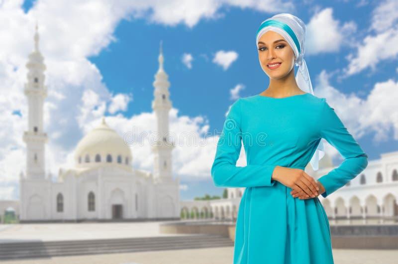 Download Moslemische Frau Am Moscheenhintergrund Stockfoto - Bild von kleid, schön: 96930848